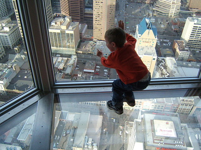 640px-A_leaning_child's_view_through_a_skyscraper's_window_and_glass_floor