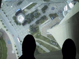 640px-Glass_Floor_of_the_CN_Tower